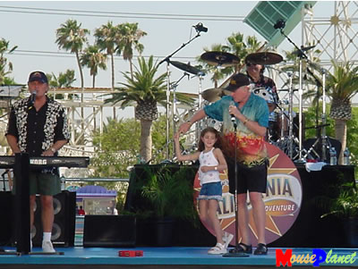 """Mike Love dances with his  """"Little Surfer Girl """""""